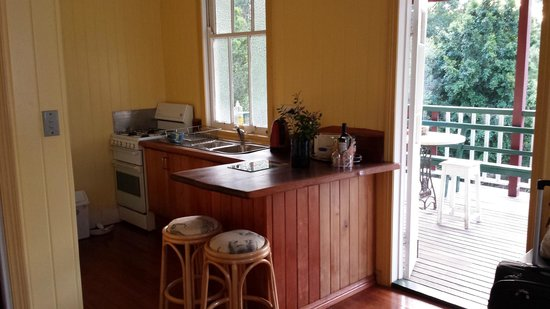 Noosa Avalon Farm Cottages : self-contained kitchen leading out to verandah. (also has a fridge)