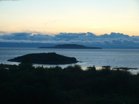 Craigmonie Bed and Breakfast: Evening-view from the conservatory across the Inner Sound