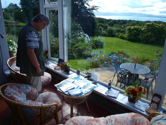 Craigmonie Bed and Breakfast: The conservatory: sit, relax and enjoy the view.