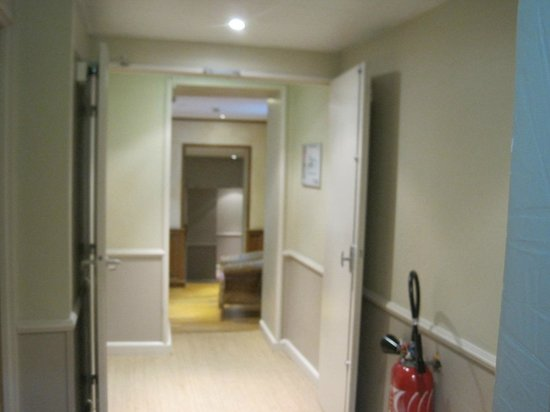 Hotel de l'Horloge : 扉があり、少し迷路のよう