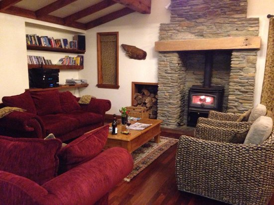 Wanaka Homestead Lodge and Cottages: Communal lounge with log fire at the homestead.
