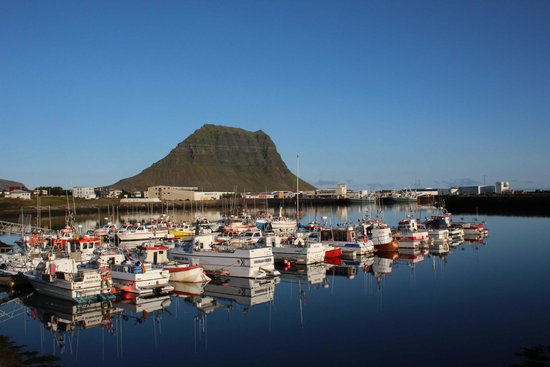 Grundarfjorour, Islandia: Kirkufell seen across the harbour