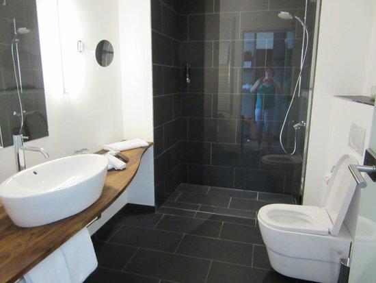 Almodovar Hotel: Bathroom and shower