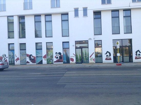 Almodovar Hotel: Side of the hotel & art
