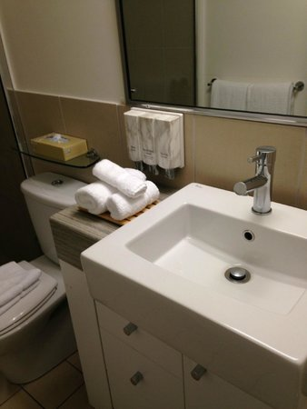 Best Western Plus Cairns Central Apartments : bathroom sink