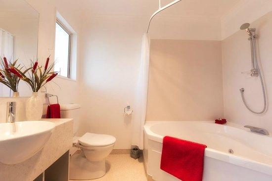 Mohua Motels : SPA Bathroom