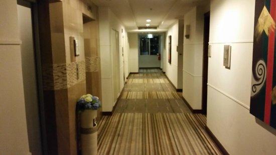 Adelphi Suites Bangkok: Hotel Hallway