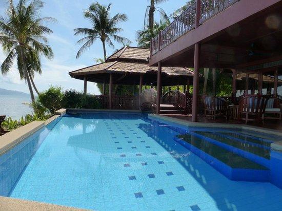 Coconut Paradise Resort: Pool and Sala