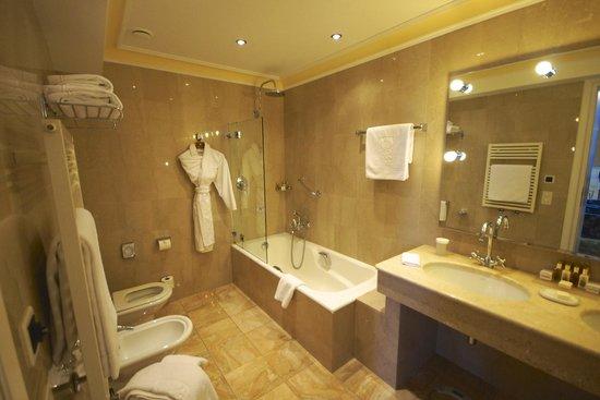 Hotel Splendide Royal: Lake view bathroom