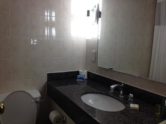 Hilton Watford: Bathroom