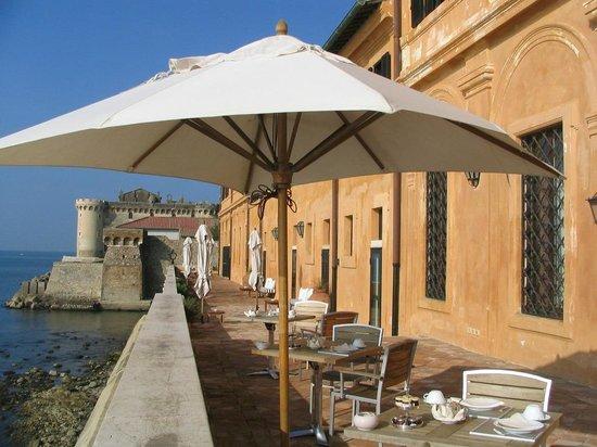 La Posta Vecchia Hotel: La terrasse donnant sur la Méditerranée