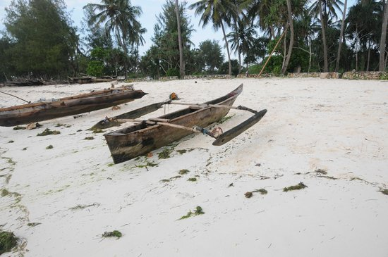 Sultan Sands Island Resort : Local fishing boat on the beach
