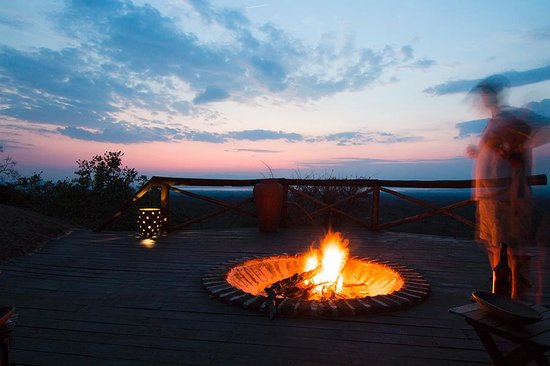 Maweninga Camp : Sunset by the fire pit