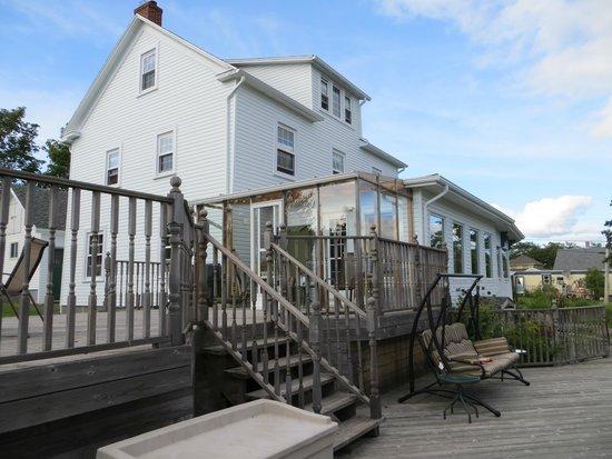 Baddeck Heritage House Bed and Breakfast: Blick von der unteren Terrasse via B&B