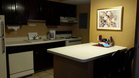 Hawthorn Suites by Wyndham Dayton North: Kitchen