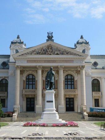 Teatrul National Vasile Alecsandri: Vue de la partie centrale avec la statue du fondateur