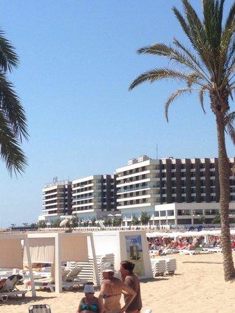 Hotel Spa Porta Maris & Suites del Mar: Vista desde la playa al hotel