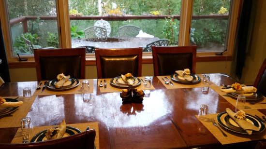 Alaska House of Jade Bed and Breakfast : breakfast table