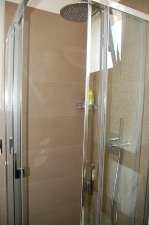 Hotel Le Soleil: Doccia camera vista mare