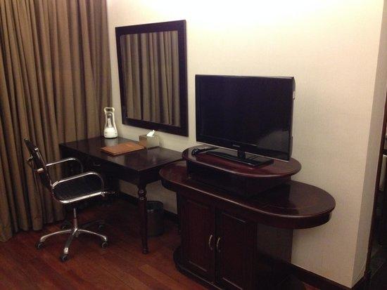 Hanoi Medallion Hotel: TV and working desk
