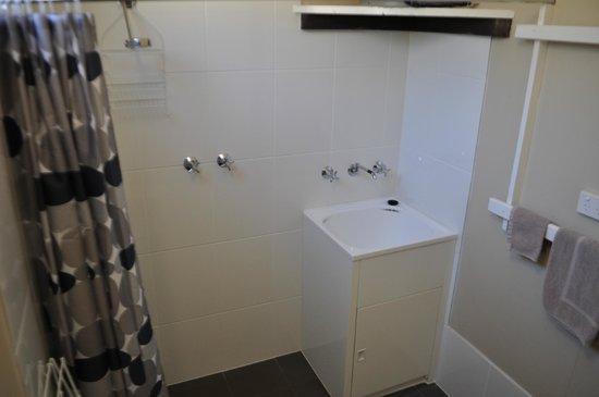 large bathroom great shower pressure and hot water. Black Bedroom Furniture Sets. Home Design Ideas