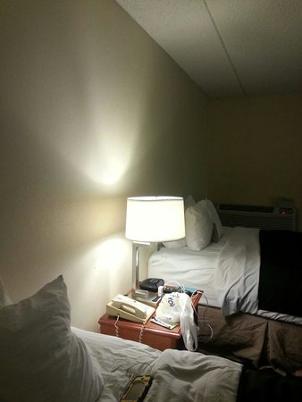 Comfort Inn & Suites: No headboards