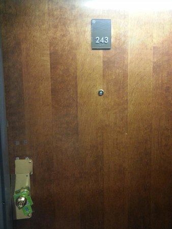 Comfort Inn & Suites: Hmm how to get into the room...