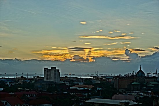 Sky Deck on Bayleaf Hotel: Sunset view from the Sky Deck (upper deck)