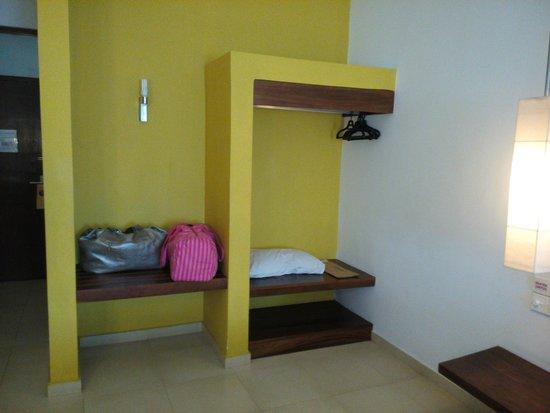 Hotel Hilltop: Wardrobe