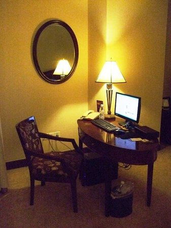 Yuhao Luoman Grand Hotel: デスクにはPCがあり、web閲覧可能です。