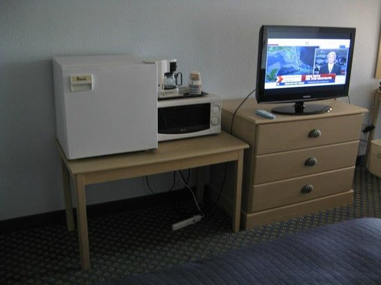 Baymont Inn & Suites Manitowoc Lakefront: Cube Fridge, microwave, and TV