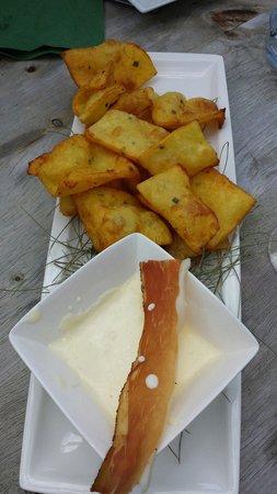 Costamula Restaurant: Frittelle di patate con fonduta di formaggi