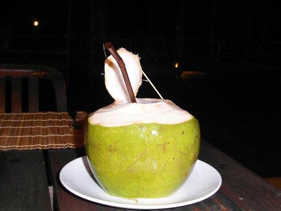 Haadson Resort : Frisches Kokoswasser :)