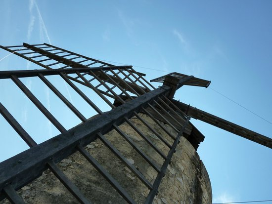 Moulin de Daudet : Looking up at the Moulin in Fontvieille