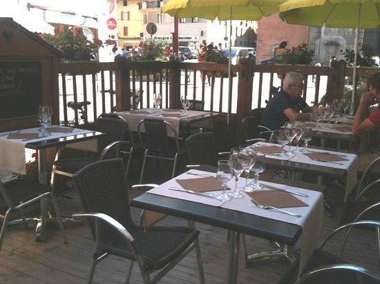 La Voute : La terrasse en bordure de rue pietonne