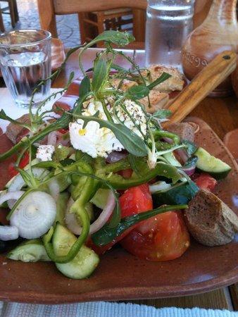 Gramboussa : χωριατικη σαλατα με απαιχτη μυζηθρα!!!!!!!