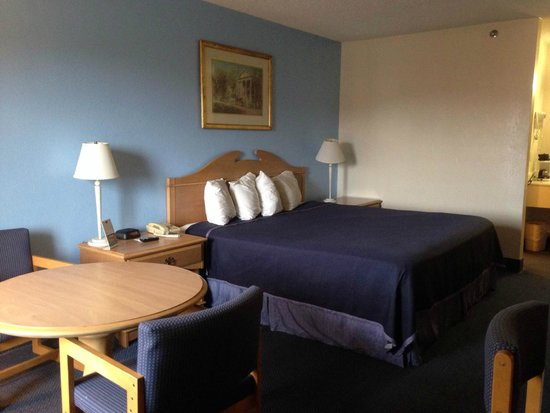 Howard Johnson Express Inn Staunton: King bed room