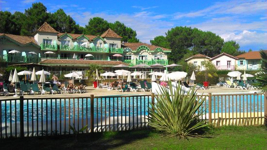Pierre & Vacances Village Club Lacanau : piscine vue du mini  golf