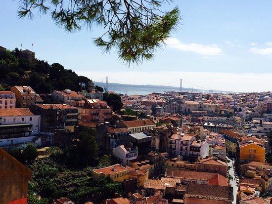 Miradouro da Senhora do Monte : Vista di giorno versante Castello