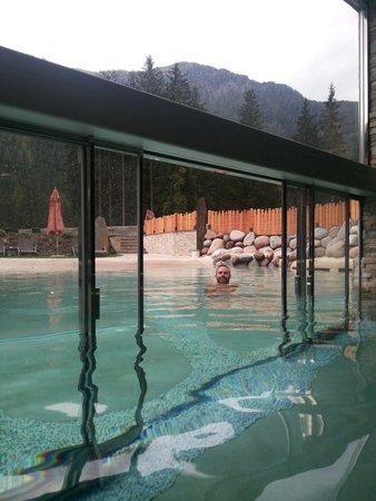 Croce Bianca Leisure & Spa Hotel : Piscina interna con uscita esterna automatica..