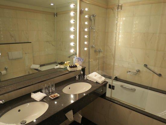 Monopol Hotel: 浴室
