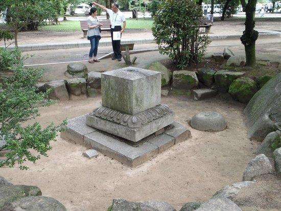 Hiroshima Peace Memorial Park: 爆風でうきあがった当時の墓石