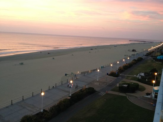 Four Points by Sheraton Virginia Beach Oceanfront: Sunrise view from the balcony