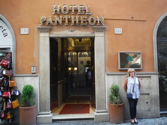 Hotel Pantheon: Front entrance