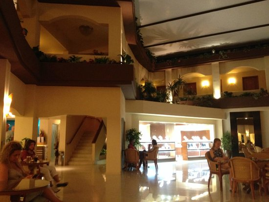 Sandy Beach Hotel & Family Suites: Hall