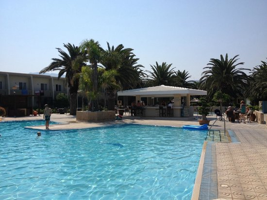Sandy Beach Hotel & Family Suites: Piscina