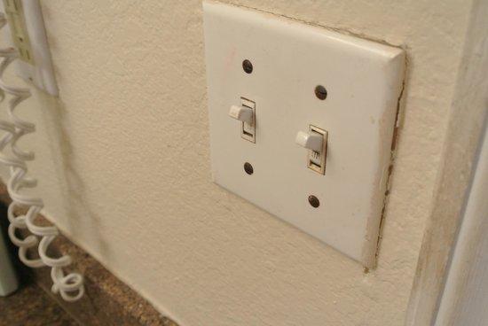 Island Seas Resort : Light switch in bathroom - ewww!