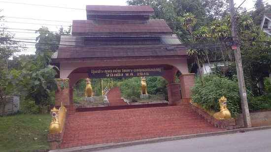 Mae Hong Son Mountain Wat: main entrance below mountain