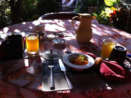 Casa Flores: El desayuno a la terraza de lo mejor.
