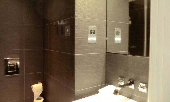 The Montpellier Chapter Hotel: Bathroom